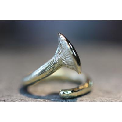 Guld kantarel ring i rustik 14 karat guld.