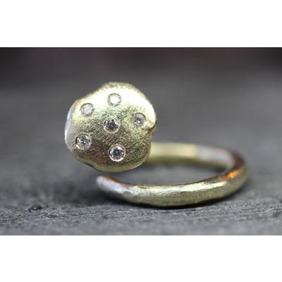 Guld kantarel ring i rustik 14 karat guld, isat 6 brillanter