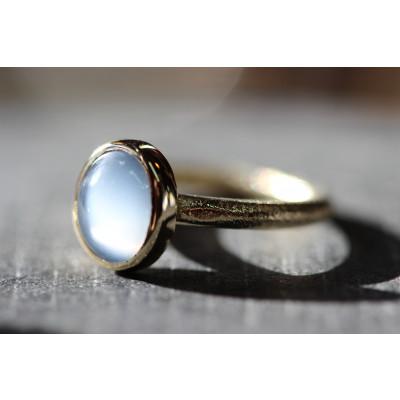 cabochon ring med månesten i 14 karat guld