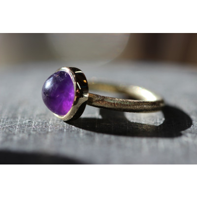 cabochon ring med ametyst i 14 karat guld