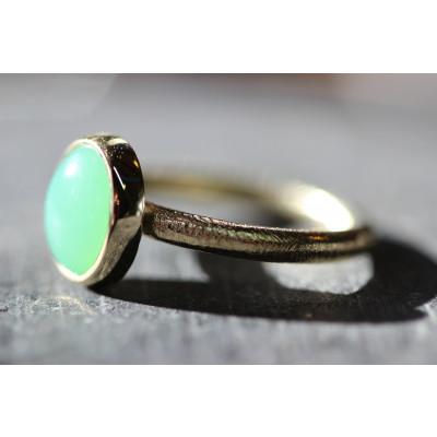 cabochon ring med krysopras i 14 karat guld