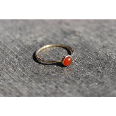 Mini cabochon ring med mørk carneol i 14 karat guld