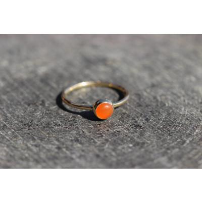 Mini cabochon ring med lys carneol i 14 karat guld
