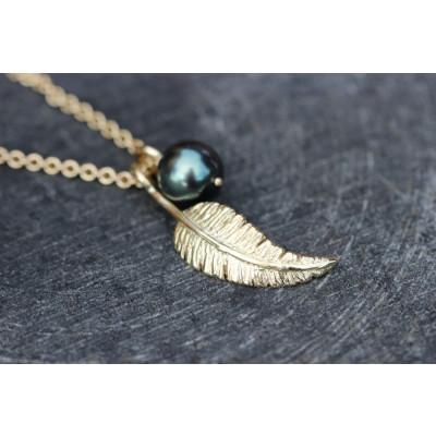 Sæt med fjervedhæng og tahiti perle i 14 karat guld (01/20)