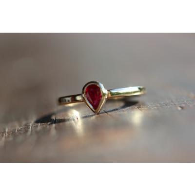 Ring med dråbe-rubin 0,52 ct i 14 karat guld (01/20)