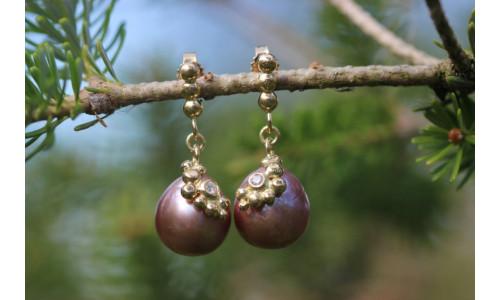 Ørehænger i 14 karat guld med ferskvandsperle og brillant.