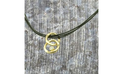 Vedhæng i 14 karat guld 2 rustikke ringe med 0,10 ct brillant