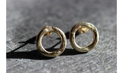 Rustikke ørestikker i 14 karat guld