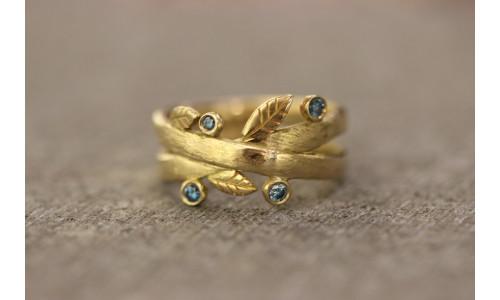 Bladring med blå brillanter i 14 karat guld