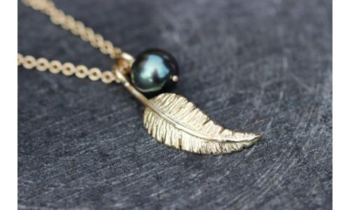 Sæt med fjervedhæng og tahiti perle i 14 karat guld