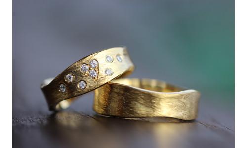 Vielsesringe MG 7 Rustik i 14 karat guld med 9 sten (Parpriser se billede)