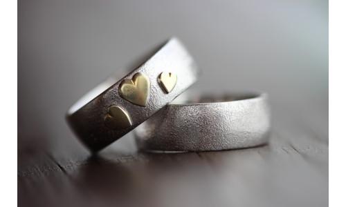 Min Vielsesring i sølv med tre guld hjerter (Parpriser se billede)