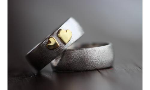 Min Vielsesring i sølv med to guld hjerter (Parpriser se billede)