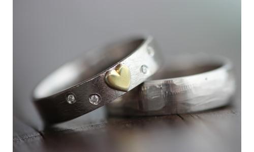 Min Vielsesring profil 1 i sølv med guld hjerte og brillanter (Parpriser se billede)