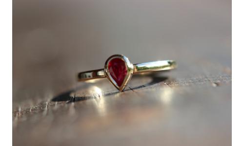Ring med dråbe-rubin 0,52 ct i 14 karat guld