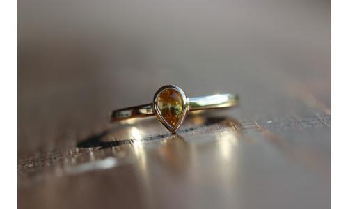 Ring med dråbe-gul safir 0,57 ct i 14 karat guld