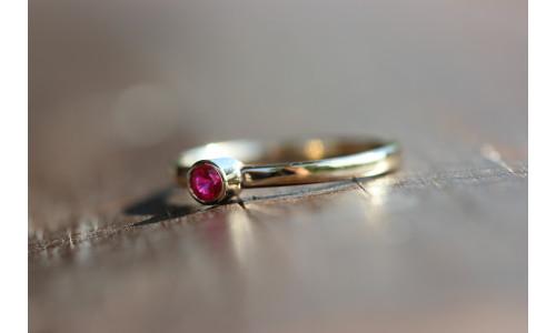 Ring med rubin 0,24 ct i 14 karat guld