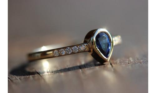 Ring med dråbe-safir 0,52 ct i 14 karat guld