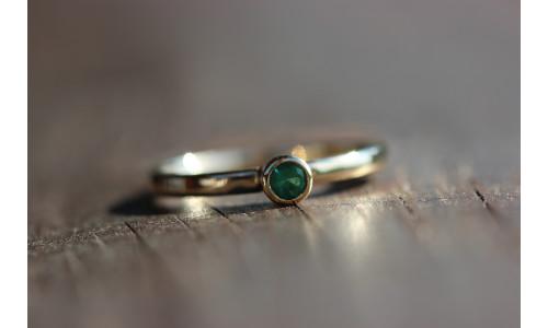 Ring med smaragd 0,15 ct i 14 karat guld