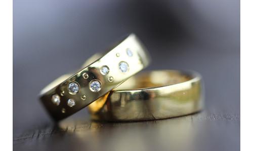 Vielsesringe MG0 / 6,0 mm 7 stk brillant samt 7 kørnerprikker i 8 karat guld (Parpriser se billede)